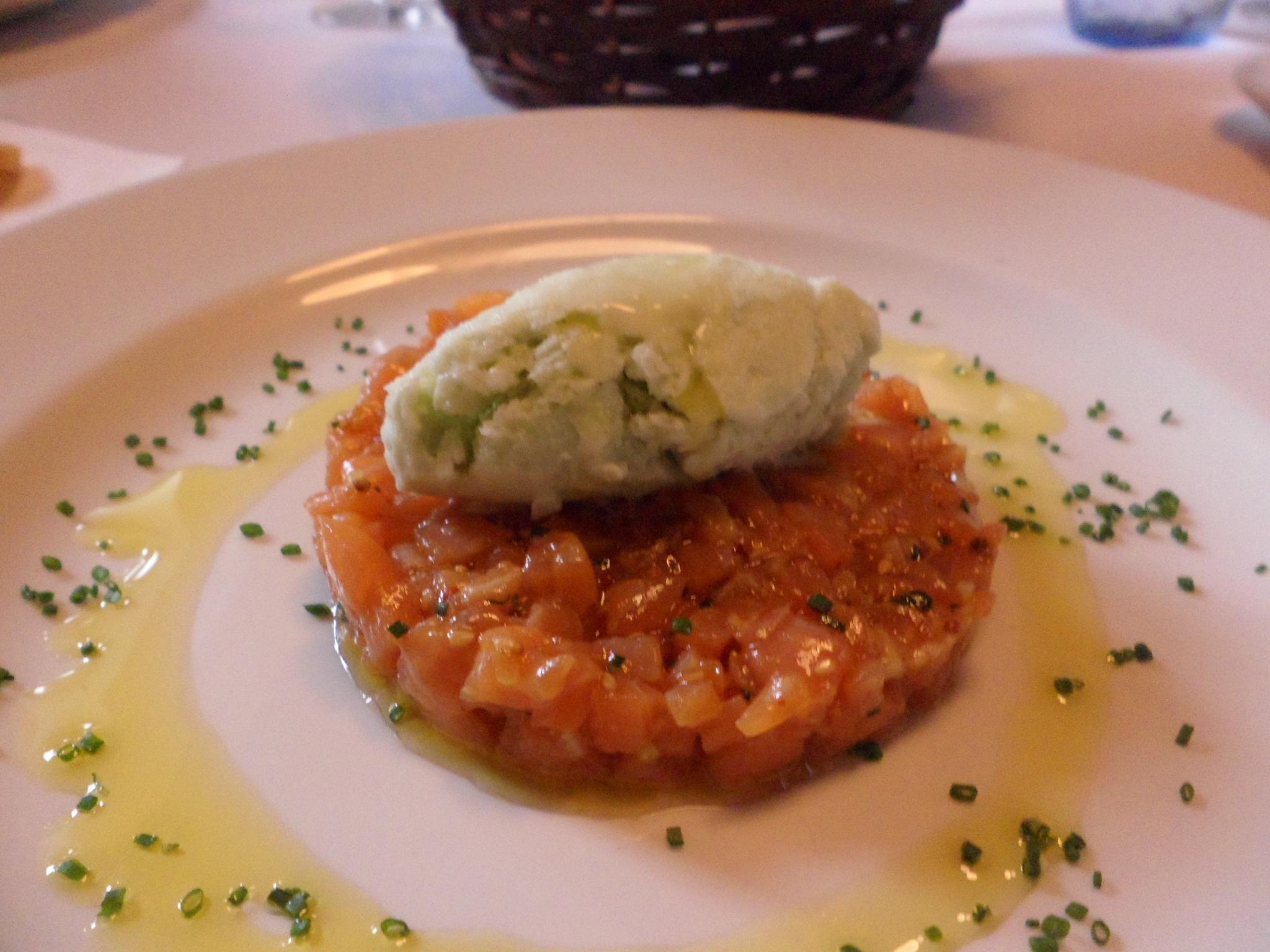 Tartar de Salmon con Helado de Wasabi.