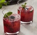 Vodka tonic de moras y fresas