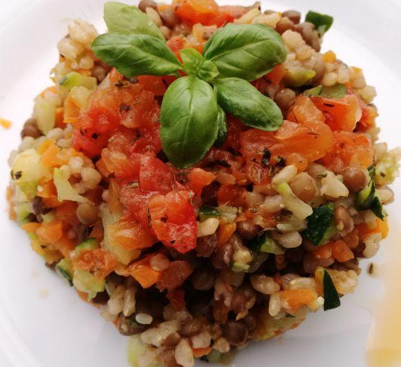Lentejas, arroz integral y verduras con vinagreta de tomates