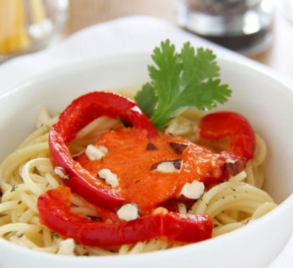 Espaguetis con avellanas y salsa de pimientos