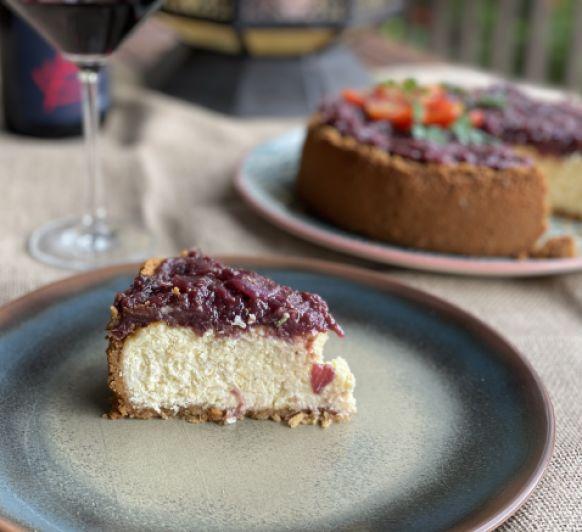 Pastis de formatge salat amb ceba vermella confitada i figues
