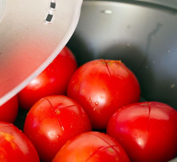 Escaldar tomates en el varoma
